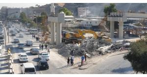 سقوط مقاطع خرسانية ضمن جسر المحطة... صور
