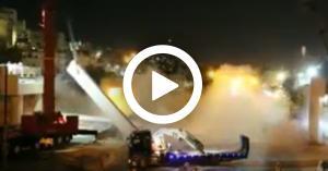 بالفيديو  لحظة سقوط وصلة جسر المحطة لمشروع الباص السريع
