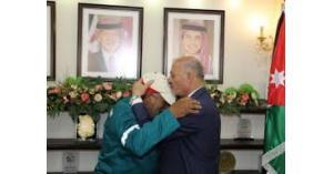 رئيس بلدية اربد يُكرم عامل الوطن الذي ظهر في فيديو وهو يتعرض للإهانة من مراقب العمال