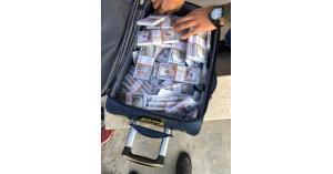 ضبط كمية كبيرة من الدولارات المزيفة بمداهمة في عمان (صور)
