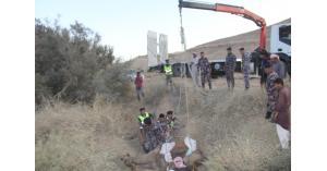 الدفاع المدني ينقذ جمل سقط داخل حفرة في الحسا (صور)