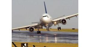 طائرة إماراتية تهبط