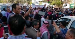 العاملون في البلديات يهددون بالإضراب