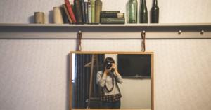 لماذا تظهر صورتك أمام المرآة أجمل من صورتك بالكاميرا؟