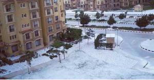 دولة عربية تكتسي بالثلوج للمرة الأولى منذ عقود... فيديو