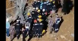 شاهد لحظة انتشال الجثة الثانية من دوار الثامن.. فيديو
