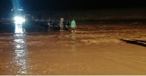 الأمن: اخلاء مجموعة من الاشخاص حاصرتهم السيول.. صور