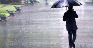 فوائد مذهلة للسير تحت المطر.. تعرف عليها