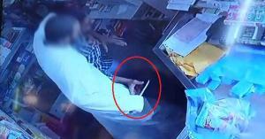 بالفيديو: سطو مسلح وخنق عامل وتهديده بسكين داخل بقالة
