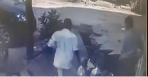 بالفيديو: الأرض تبتلع رجلين في مشهد مروع