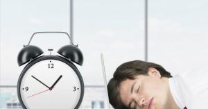 لماذا نشعر بالنعاس خلال النهار رغم أننا ننام جيداً في الليل؟