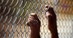 اعتقال والدة اسير فلسطيني اثناء زيارة ابنها