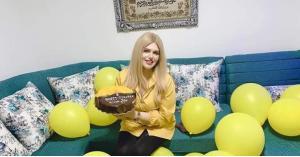 فتاة عربية تحتفل بطلاقها بعد زواج شهر واحد