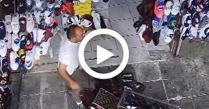 طعن صاحب محل في وسط البلد.. فيديو
