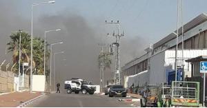 صاروخ من غزة يشعل حريقا في مصنع بإسرائيل.. فيديو