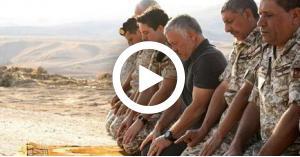 """شاهد الملك وهو يفرش """"الفزت"""" الخاص به للصلاة عليه في الباقورة.. فيديو"""