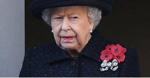 ماهي قصة الزهرة الحمراء التي يضعها البريطانيون على صدورهم؟