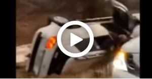 شاهد.. شابين سعوديين ينقذون عائلة علقت سيارتها بالسيول