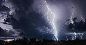 عواصف رعدية وزخات من البرد والأمطار في طريقها الينا