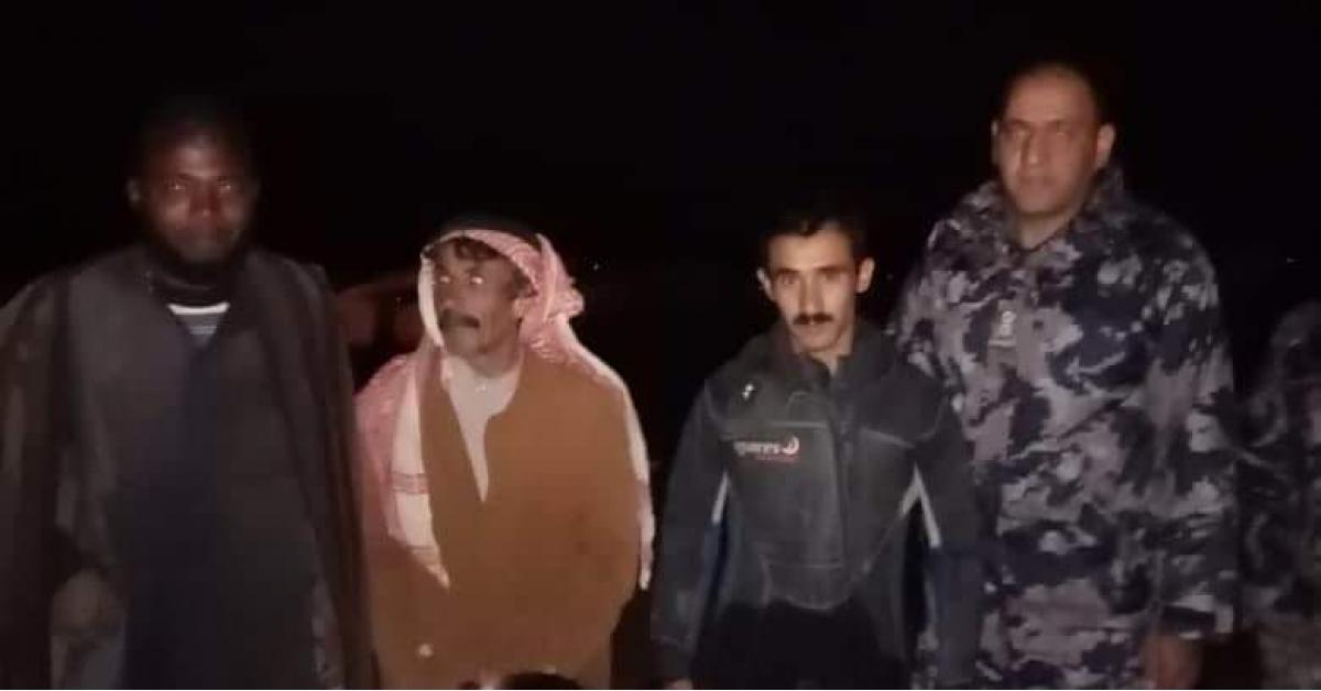 إنقاذ 12 مواطنا واغنام في الرويشد.. صور