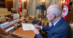 في خطوة غير مسبوقة.. الرئيس التونسي يخط كتاب تكليف بيده