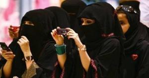 السعودية: فتاة ترمي ملابسها الداخلية بحفل غنائي