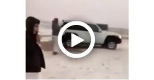 الصحراء الكويتية تكتسي اللون الأبيض.. فيديو
