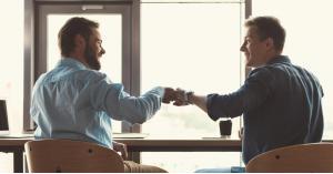 طرق اكتشاف أصدقاء المصلحة في العمل وكيفية التعامل معهم