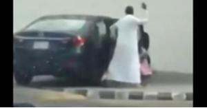 أب يضرب ابنته الطفلة ضربا مبرحا في الشارع بالسعودية