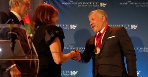 """الملك يتسلم جائزة """"رجل الدولة - الباحث"""" في نيويورك"""