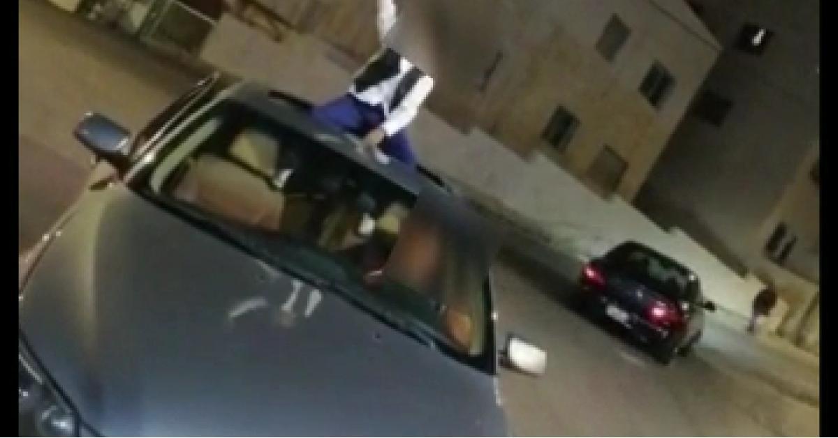 القبض على شخص سلم طفله سلاحاً نارياً ليطلق عيارات نارية.. فيديو