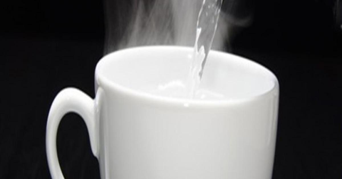 ما فائدة شرب الماء الدافئ قبل الفطور؟