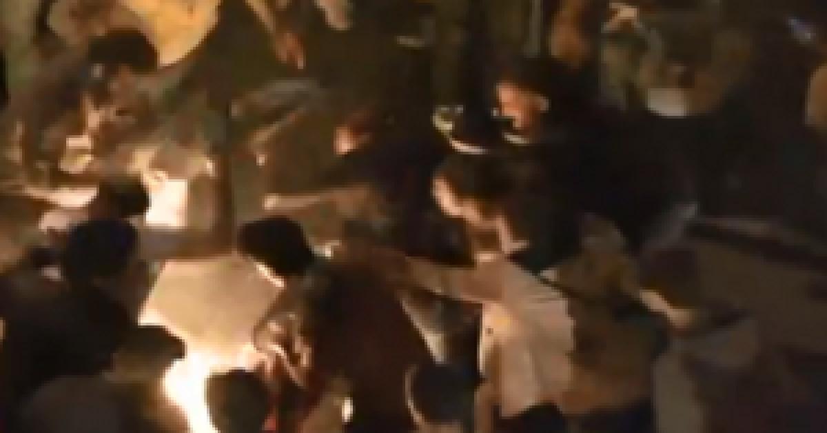 بالفيديو .. متظاهر لبناني يضرم النار في نفسه بين الحشود