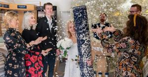فتاة تتزوج من سجادة.. صور