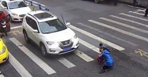 شاهد بالفيديو.. ردة فعل طفل صدمت سيارة والدته