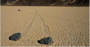 'الحجارة المتحركة'.. علماء يكشفون سر الظاهرة الغريبة