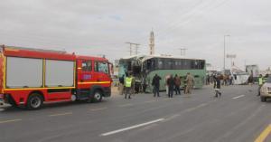 """وفاة و68 اصابة بتصادم حافلة و""""قلاب"""" في الطريق الصحراوي"""