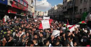 أردنيون من وسط عمان للرزاز: تسقط اتفاقية العار مع الاحتلال