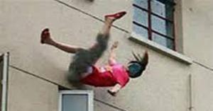 سقوط عشرينية من سطح منزلها.. والأمن يحقق