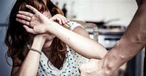 خنق زوجته أمام طفلتها بعد إجبارها على الركوع له