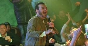 بعد أيام من وفاة والده .. إيهاب توفيق يغني في ملهى ليلي