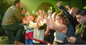 سر إحياء إيهاب توفيق حفلا غنائيا بعد أيام من وفاة والده