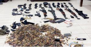ضبط أسلحة وذخيرة بمنزل في عمان