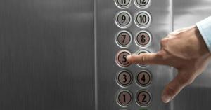 وفاة زوجين داخل مصعد ظل عالقاً ثلاثة أيام
