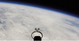 طيار يرسل خاتم خطوبة لحبيبته من الفضاء
