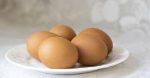 لماذا يمنع حفظ البيض في بوابة الثلاجة؟