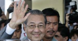 ملك ماليزيا يقبل استقالة مهاتير محمد
