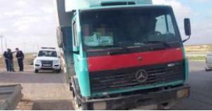 الامن يضبط سائق نقل أشخاصا بصندوق شاحنة .. صور