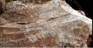 حل لغز عمره 250 عاما.. نقش محفور على صخرة قديمة