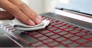 كم مرة عليك تنظيف لوحة المفاتيح أثناء العمل؟